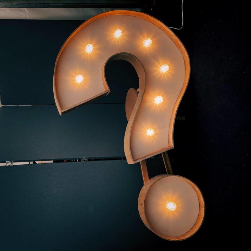 Fragezeichen mit Leuchten weist auf Probleme im Projektablauf hin, die durch Projektcoaching gelöst werden.
